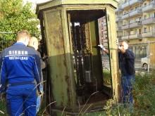 Telefon-Linienverzweiger demontiert! | Mitarbeiter der Lindenauer Metallbaufirma Sieber bei der Notsicherung des Telefon-Linienverzweigers